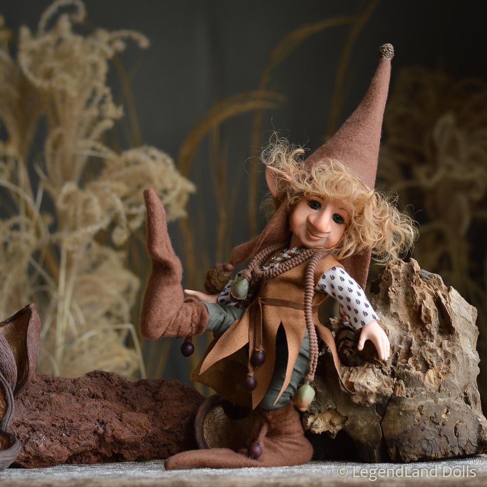 Kobold figura: Alfonz - mogyoró szedő kobold | LegendLand Dolls